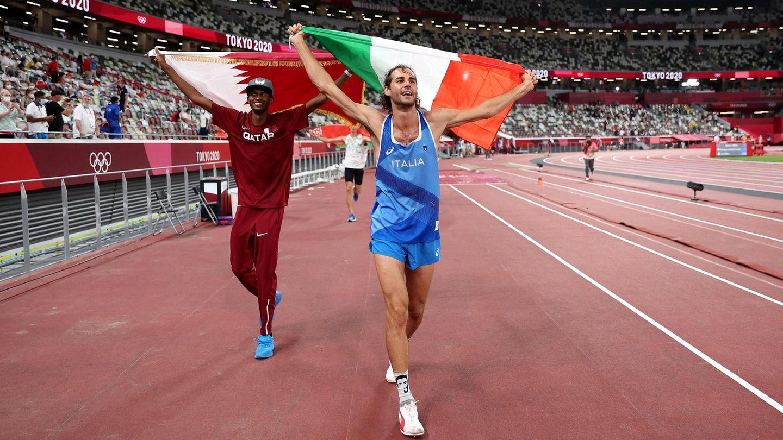 Mutaz Essa Barshim (l.) undGianmarco Tamberi feiern gemeinsam Olympia-Gold im Hochsprung