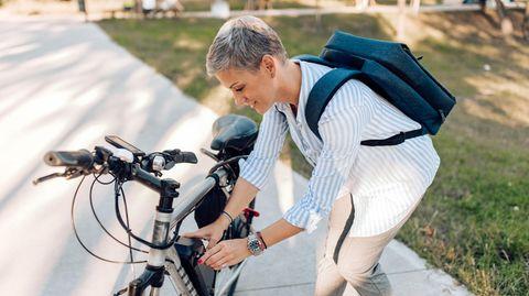 Eine Frau schraubt an ihrem Fahrrad