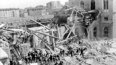 2. August 1980: Rechtsextremisten verüben einen Anschlag auf den Bahnhof von Bologna  Um 10.25 Uhr detoniert eine in einem Koffer versteckte Zeitbombe im Bahnhof von Bologna. Durch die Explosion, die kilometerweit zu hören war, wurden ein Teil des Empfangsgebäudes zerstörtund ein Zugstark beschädigt. 85 Menschen wurden getötet und mehr als 200 verletzt. Weil es nicht genügend Rettungswagen gab, mussten viele Verletzte in Bussen oder Taxis in die Krankenhäuser transportiert werden.Für den Bombenanschlag verantwortlich ist die Nuclei Armati Rivoluzionari, ein Ableger der neofaschistischen Terrororganisation Ordine Nuovo. 1995 werden lebenslange Haftstrafen für zwei Neofaschisten vom Obersten Gericht Italiens bestätigt. Mehrere Männer, darunter zwei Beamte des Militärgeheimdienstes SISMI, werden wegen Behinderung der Ermittlungen verurteilt.
