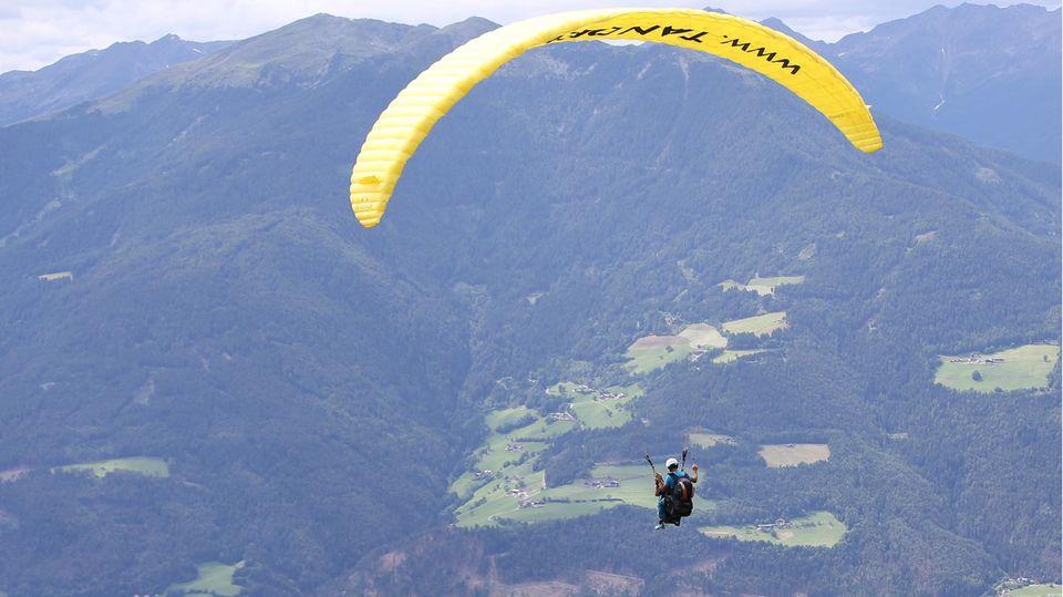 Ein Fallschirmspringer in den Bergen