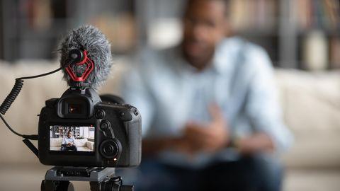 Ein Mann sitzt vor der Vlog-Kamera und erzählt von seinem Leben.