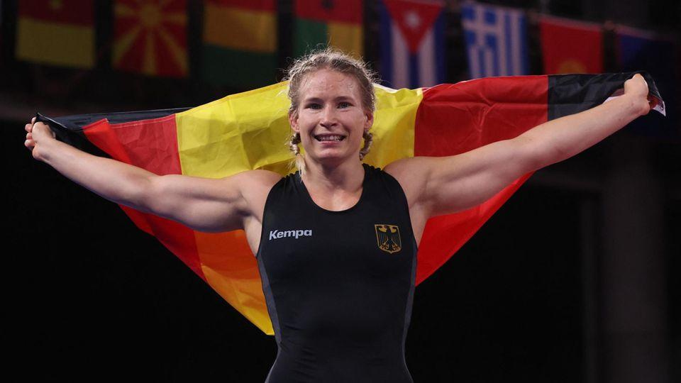 Aline Rotter-Focken jubelt mit Deutschlandfahne