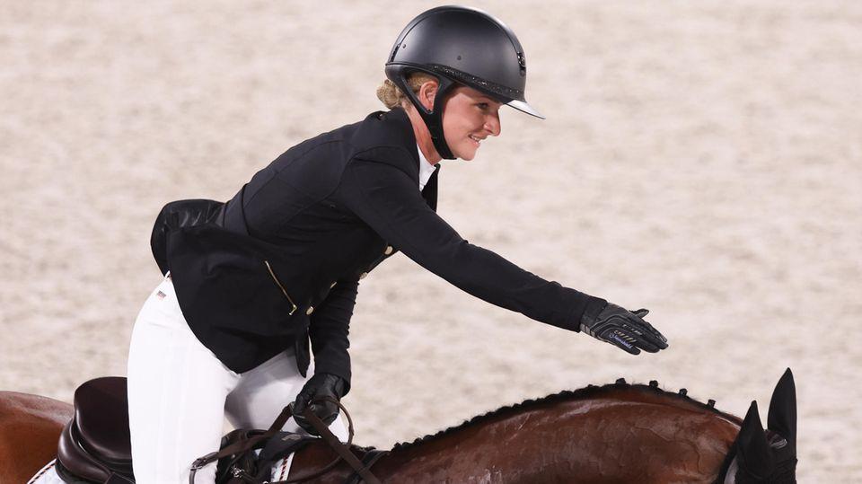 Vielseitigkeitsreiterin Julia Krajewski auf ihrem Pferd Amande nach dem Gold-Ritt