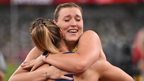 Glückselig: Kristin Pudenz aus Potsdam feiert mit einer Konkurrentin ihre Silbermedaille im Diskuswerfen.