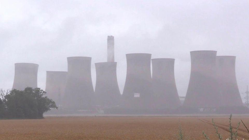 Sprengung: 90 Meter hohe Kühltürme gehen in Rauch auf