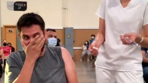 Angst vor der Impfung: Mann schreit panisch – dann applaudiert der ganze Saal
