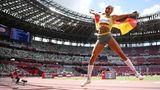 Malaika Mihambo mit Deutschland-Flagge nach Olympia-Gold im Weitsprung