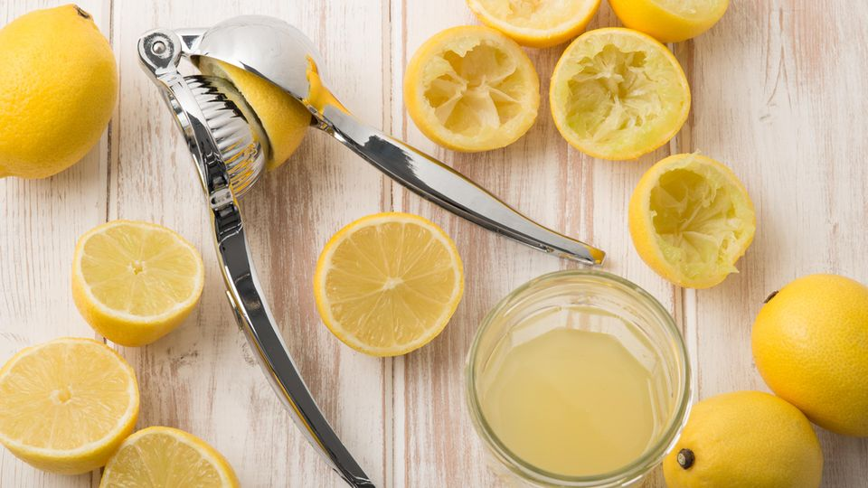 Eine Zitronenpresse und viele Zitronen