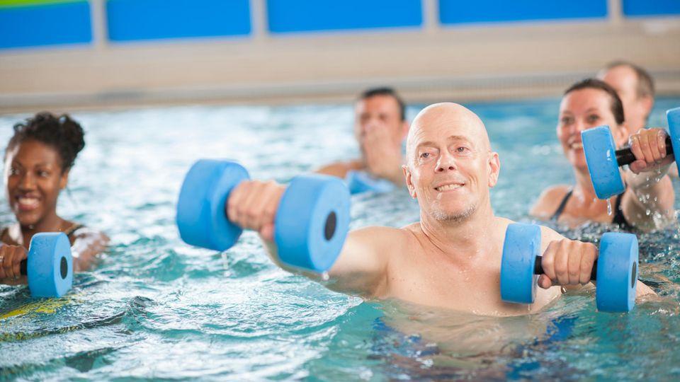 Aquajogging: Männer und Frauen mit Aquahantel im Schwimmbecken