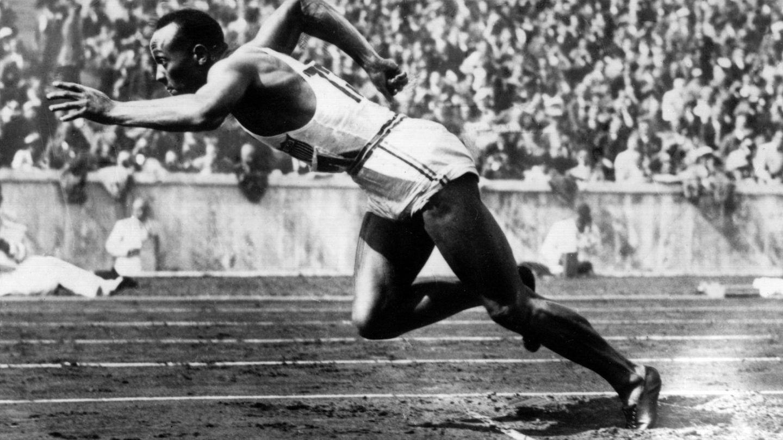 Jesse Owens startet über 200 Meter bei Olympia 1936