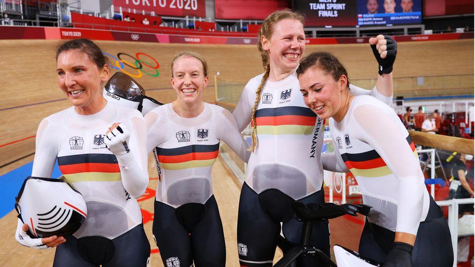 Lisa Brennauer, Franziska Brausse, Mike Kröger und Lisa Klein (v.l.n.r.), Bahnradfahren, Gold in der Mannschaftsverfolgung