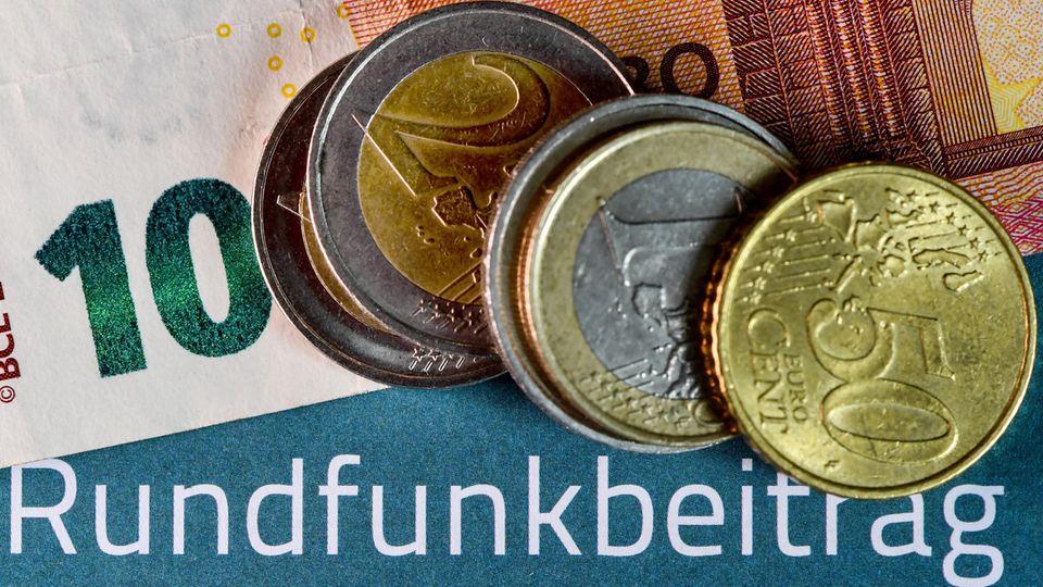 Auf einem Informationsblatt zum Rundfunkbeitrag liegen 17,50 Euro
