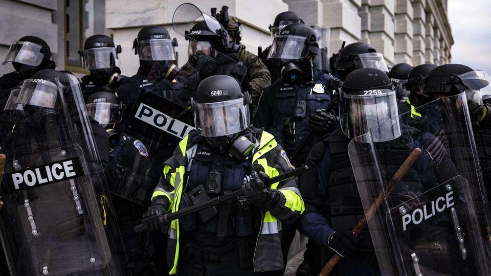 Polizisten vor dem Kapitol