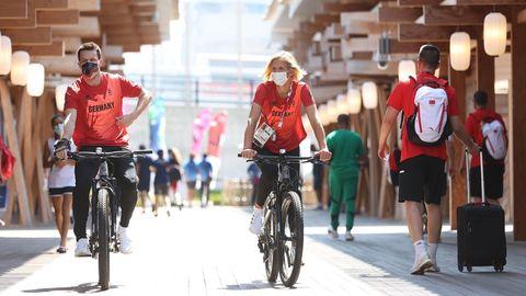 Patrick Hausding und Laura Ludwig auf Radtour im Olympischen Dorf