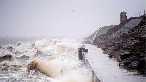 Wellen schlagen heute gegen die Strandpromenade in Blackpool