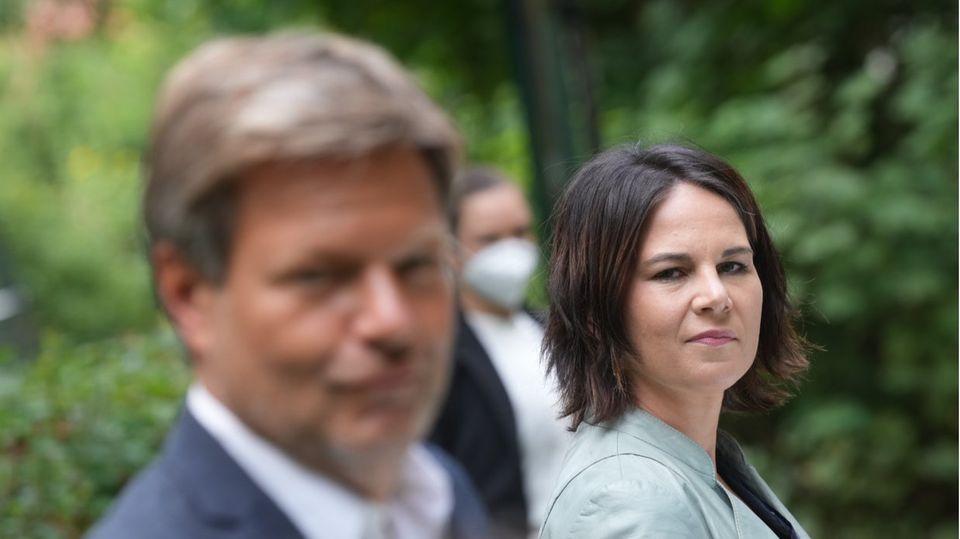 """Annalena Baerbock und Robert Habeck stellen das """"Klimaschutz-Sofortprogramm"""" ihrer Partei vor"""
