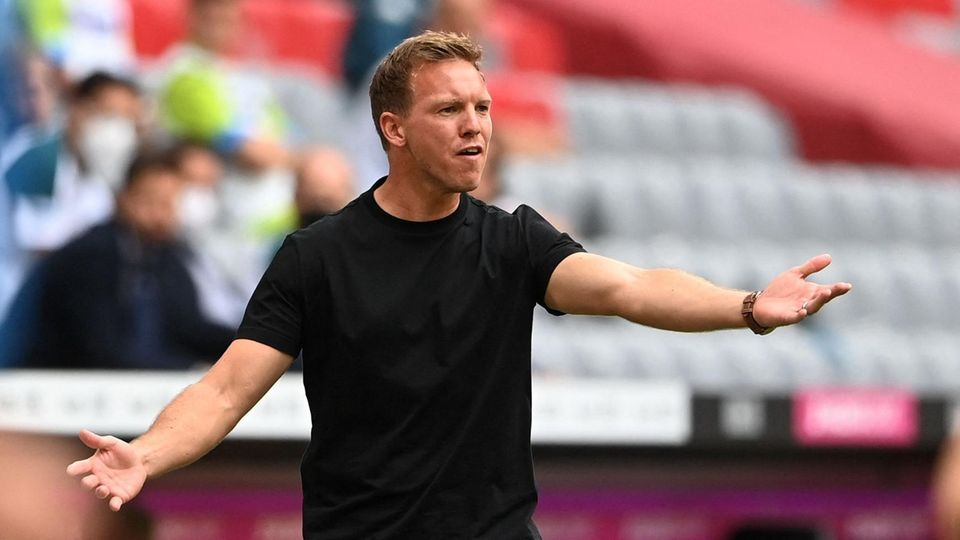 Bayern-Coach Julian Nagelsmann gestikuliert