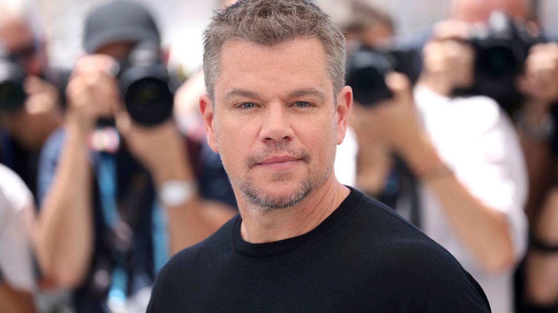 Matt Damon schaut auf dem roten Teppich in Cannes in die Kamera