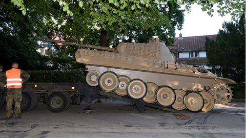 Ein Kampfpanzer wird zum Abtransport vorbereitet