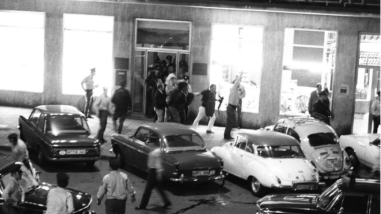 Banküberfall München 1971: Polizisten führen den Geiselnehmer Dimitri Todorov aus der Bank