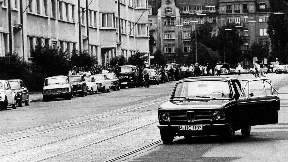 Das von der Polizei bereitgestellte Fluchtfahrzeug vor der Filiale der Deutschen Bank
