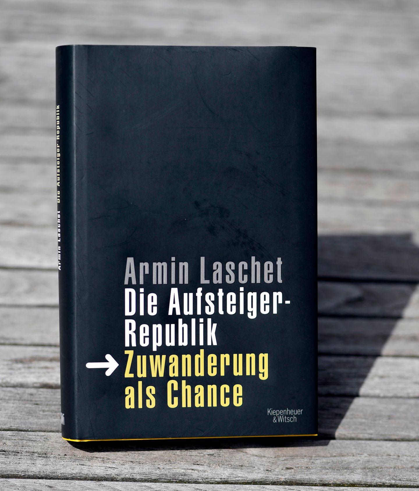 Medienwissenschaftler hält an Plagiatsvorwürfen gegen Kanzlerkandidat Armin Laschet fest