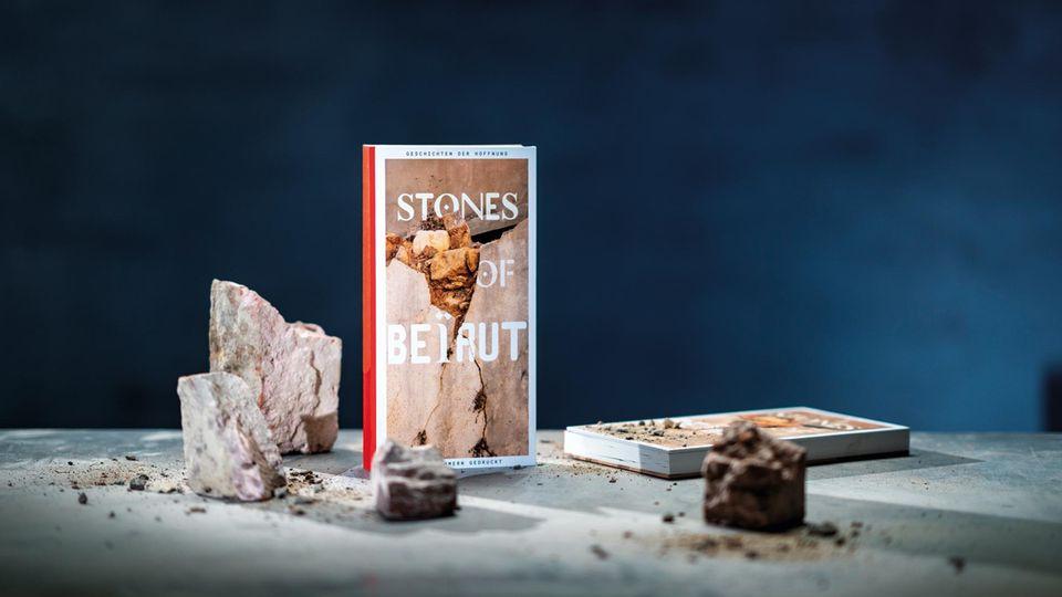 """Das Buch """"Stones of Beirut"""" erzählt Geschichten aus der gebeutelten Metropole. Gedruckt ist es aus echten Trümmern der Explosionskatastrophe. Alle Einnahmen aus dem Projekt gehen an glaubwürdige NGOs in Beirut."""
