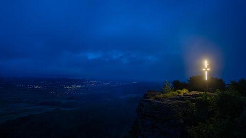 Nebel umhüllt während der morgendlichen blauen Stunde die Landschaft rund um den Staffelberg
