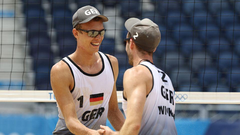 Julius TholeundClemens Wickler bei ihrem Sieg über das japanische Team - am Mittwoch stehen die Deutschen im Beachvolleyball Viertelfinale der Männer