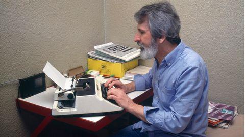 Walter Stürm in seiner Zelle an der Schreibmaschine