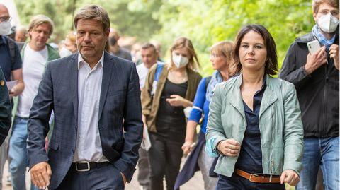 Annalena Baerbock (r.), Kanzlerkandidatin der Grünen, und ihr Co-Parteichef Robert Habeck