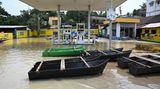 Anfang August, Ghatal, Indien: Monsun-Hochwasser auf einer Tankstelle in dem Ort, der rund 100 Kilometer von Kolkata entfernt liegt.