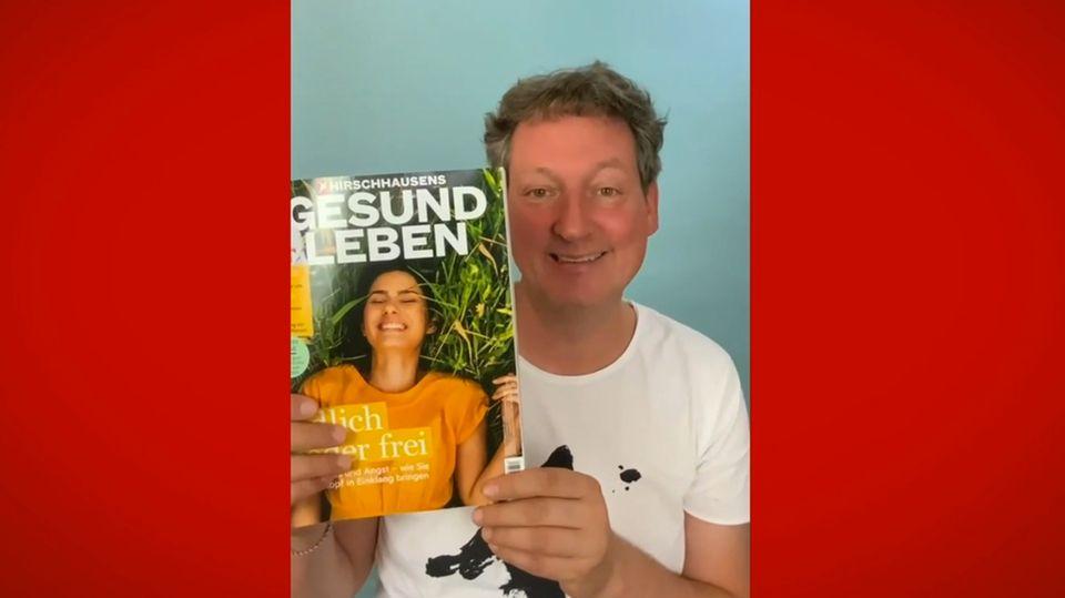 Eckart von Hirschhausen hält die neue Ausgabe von Hirschhausens Gesund Leben in die Kamera.