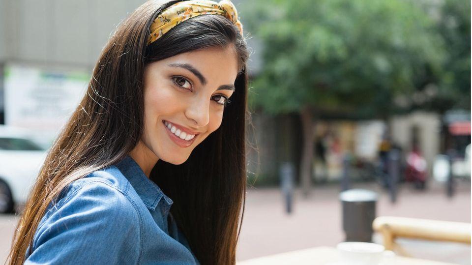 Eine Frau trägt einen Haarreif