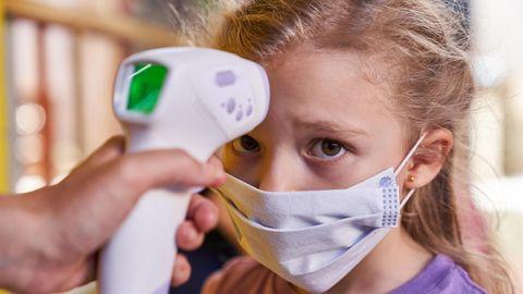 Fiebermessen bei einem Kindergartenkind