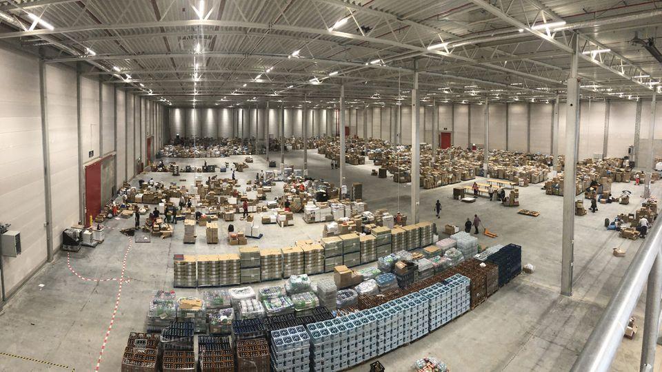 Das Logistikzentrum des Deutschen Roten Kreuzes in Zülpich wird noch auf Monate Sachspenden von Unternehmen einlagern und verteilen