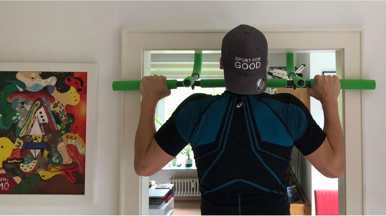 Klimmzugstangen im Test: Training am Multifunktions-Türreck von Schildkröt