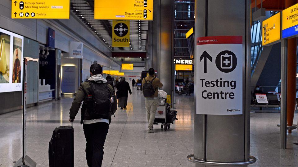 Ein Passagier geht durch eineAnkunftshalle von Terminal 5 am Londoner Flughafen Heathrow