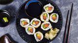 Sushi gibt es auch als TK-Produkt. Das Tiefgefrieren tötet zwar Parasiten zuverlässig ab, aus geschmacklicher Sicht ist das Tiefkühlproduktaber nicht mit frisch zubereitetem Sushi zu vergleichen.