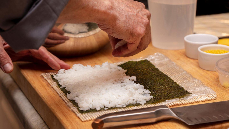Der Reis  Beim Sushi geht es nur bedingt um den Fisch, sonder vielmehr um den Reis. Der ist speziell kalt gesäuert und gesüßt. Die genaue Rezeptur ist das Geheimnis eines jeden Sushimeisters. Berühmt geworden ist Sushi hierzulande übrigens als Nigiri, also Reis, der als Reisballen geformt und mit rohem Fisch serviert wird.