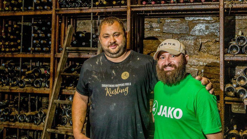 Christian Gebhardt (l.) und Thomas Porsch sind von ihren Weingütern in Hessen nach Mayschoß gekommen, um der schwer getroffenen Winzergenossenschaft beizustehen