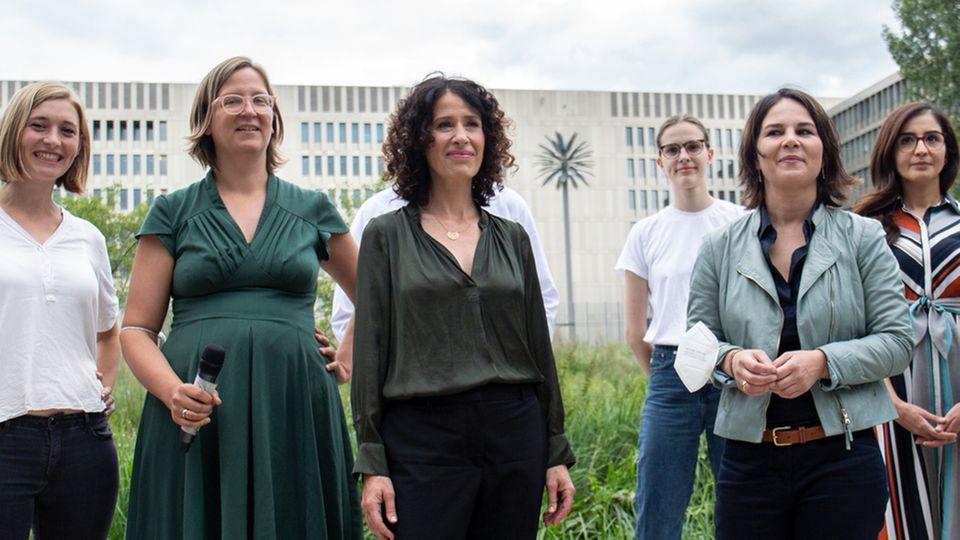Mehrere Grünen-Politikerinnen posieren auf einem Foto
