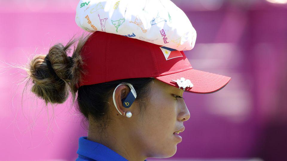 Bianca Pagdanganan von den Philippinen kühlt sich mit einem Eisbeutel auf dem Kopf ab