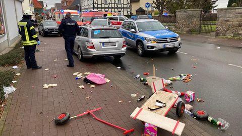 Am 24. Februar 2020 hatte jemand sein Auto wohl absichtlich ungebremst einen Karnevalsumzug in Volkmarsen (Hessen) gesteuert und auf einem Straßenabschnitt von 42 Metern Menschen erfasst