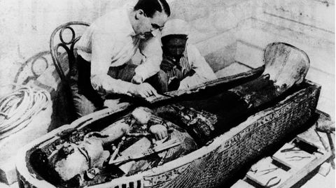 ÄgyptologeHoward Carter (l.) und ein Mitarbeiter am geöffnetenSarkophagdes Pharaos Tutanchamun
