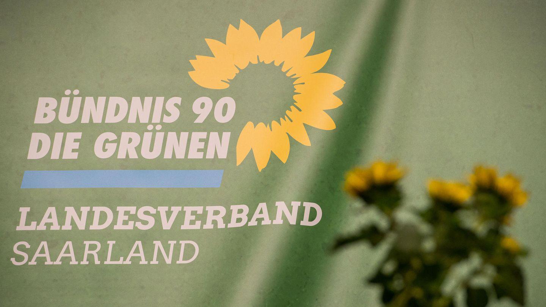 Das Logo des Landesverbandes Saarland Bündnis 90/Die Grünen ist auf einem Transparent beimLandesparteitagzu sehen