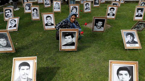 London, England. Die Bilder, zwischen denen diese Frau hockt, sind Fotos von hingerichteten Iranerinnen und Iranern. Aufgestellt hat sie der Nationale Widerstandsrat (NCRI) des Iran im Zentrum der englischen Hauptstadt, um gegen die Amtseinführung des neuen iranischen Präsidenten Ebrahim Raisi zu protestieren. Der Widerstandsrat beschuldig Raisi, für die Massenexekution tausender NCRI-Mitglieder im Jahr 1988 verantwortlich zu sein.