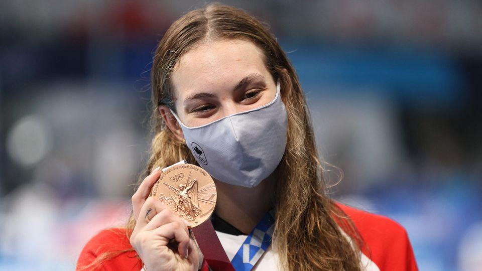 Schwimmerin Penny Oleksiak freut sich über ihre Medaille