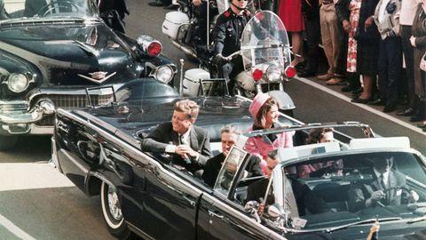 John F. Kennedy (l.) und EhefrauJackie bei der verhängnisvollen Fahrt durch Dallas im Jahr 1963