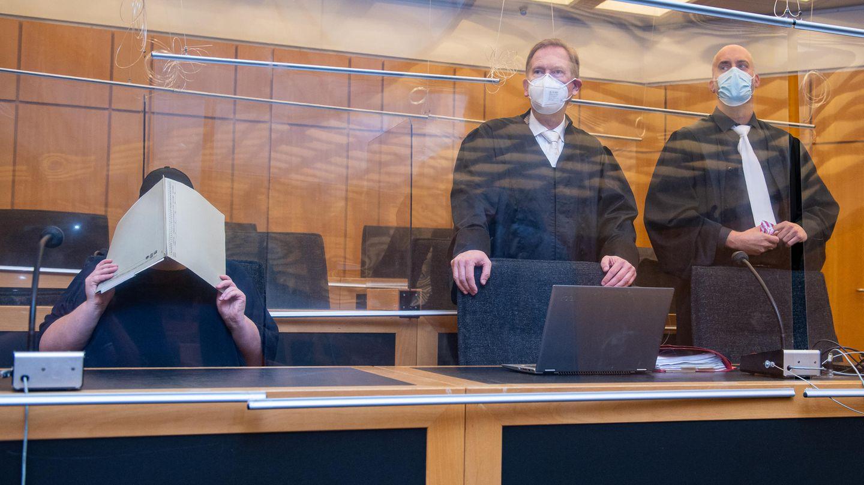 Zu Beginn des Prozesses im Missbrauchskomplex Münster sitzt die Mutter (l.) eines Opfers im Landgericht